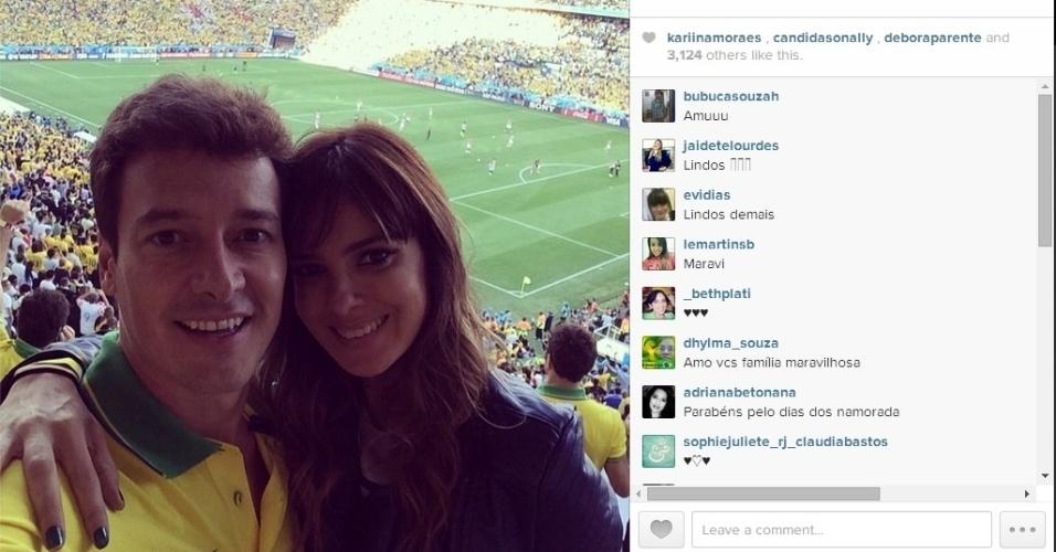 Apresentador Rodrigo Faro posa com sua esposa Vera Viel no Itaquerão