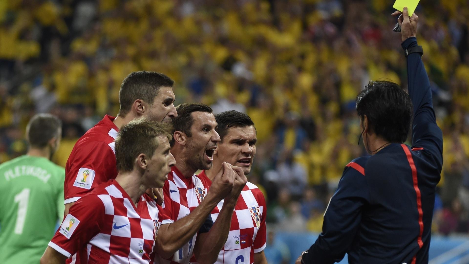 12.jun.2014 - Atletas de Croácia tentaram argumentar, mas não impediram que o árbitro Yuichi Nishimura marcasse pênalti em Fred, convertido por Neymar