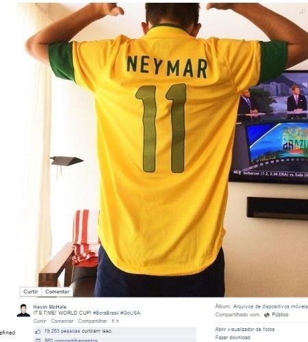 """Ator americano Kevin McHale, da série Glee, postou uma foto com a camisa de Neymar e escreveu """"Bora Brasil"""", em português mesmo, sem deixar de lado a torcida pelos Estados Unidos (""""Go USA"""")"""