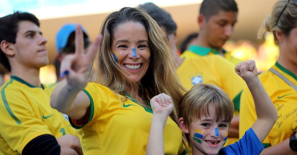 Atriz Daniele Winitis levou o filho ao Itaquerão para acompanhar a estreia do Brasil na Copa do Mundo