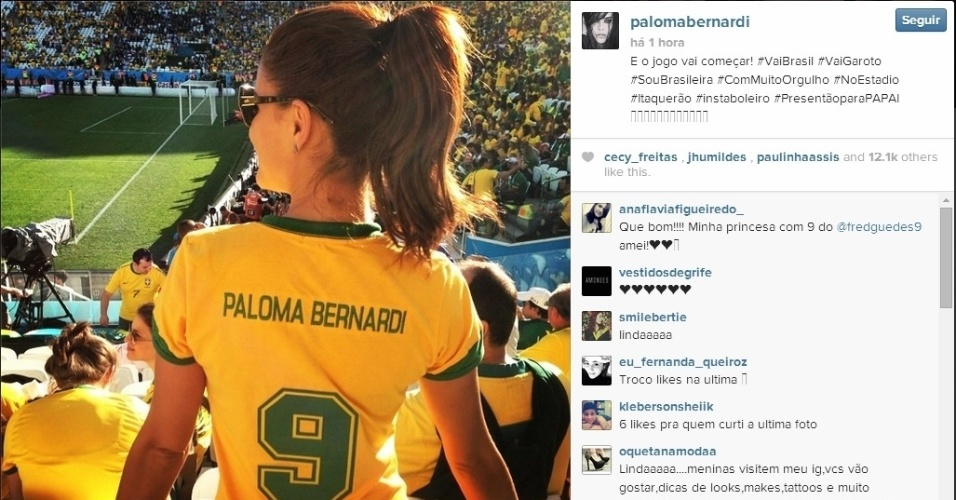Atriz Paloma Bernardi com camisa do Brasil personalizada com seu nome
