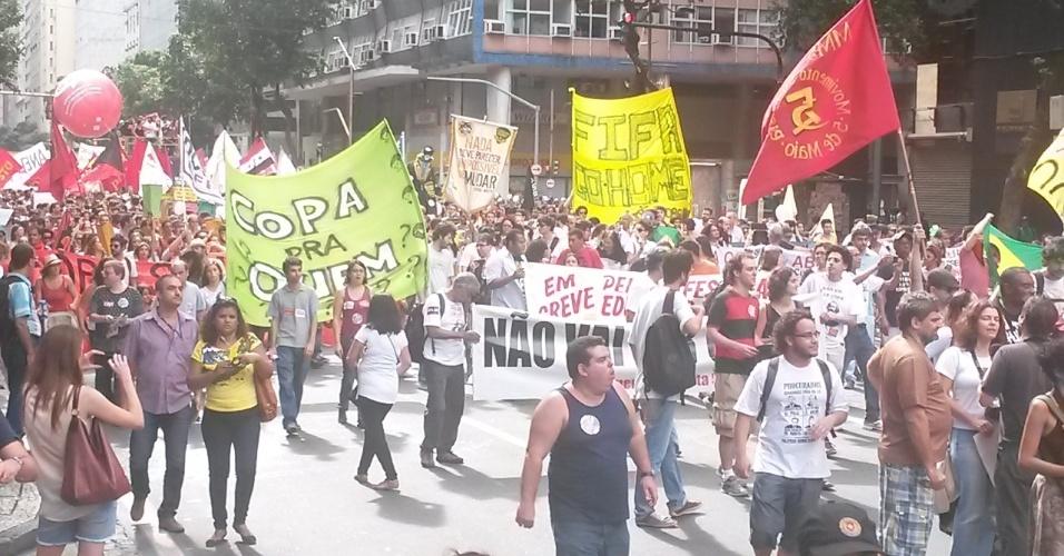 """Cerca de mil manifestantes do movimento """"Copa pra Quem"""" paralisam o centro do Rio de Janeiro na manhã desta quinta-feira"""