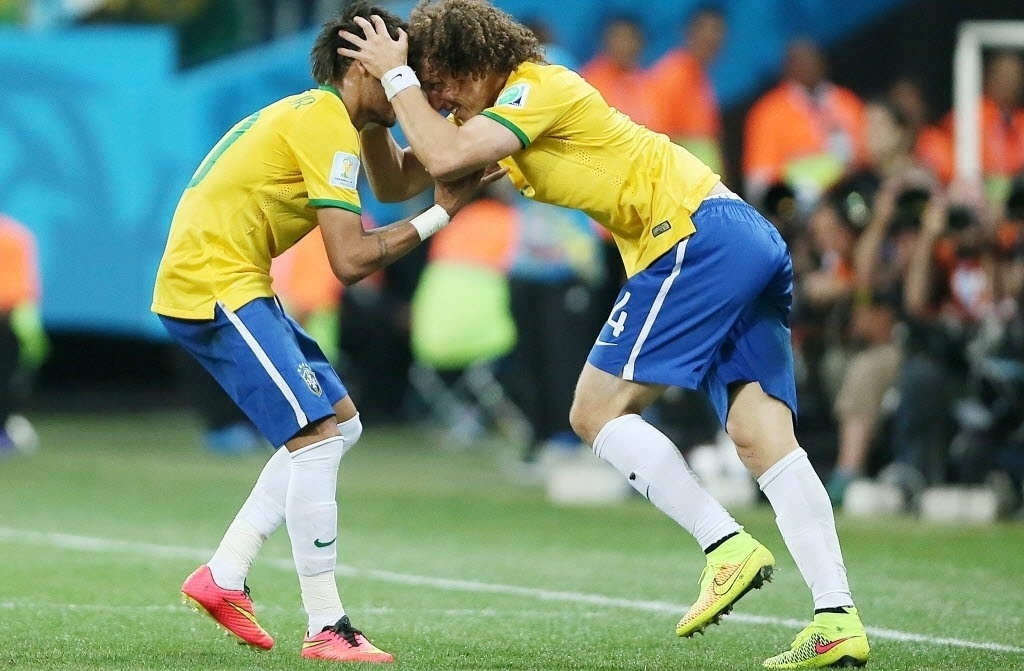 12.jun.2014 - David Luiz vibra com Neymar, após o atacante marcar para a seleção brasileira na vitória sobre a Croácia por 3 a 1, no Itaquerão