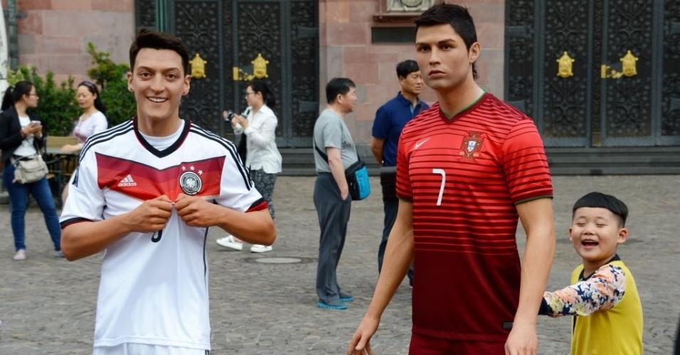 12.jun.2014 - Em Frankfurt, na Alemanha, bonecos de cera de Ozil (esq.) e Cristiano Ronaldo são exibidos em uma praça