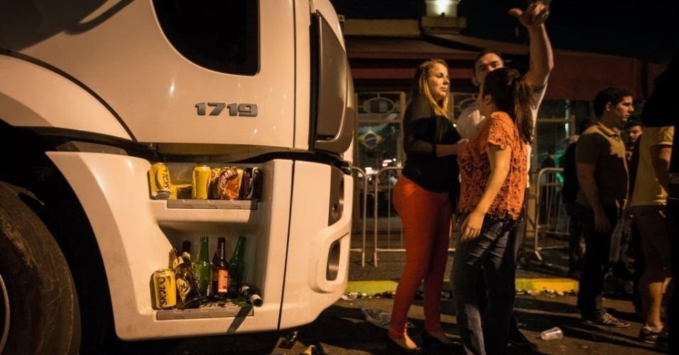 Festa de torcedores de várias nacionalidades na Vila Madalena, em São Paulo, foi regada a muito álcool; Até caminhão serviu como suporte para as garrafas e copos