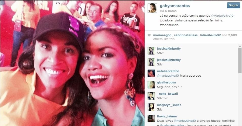 Gaby Amarantos tira selfie com Marta em camarote no Itaquerão