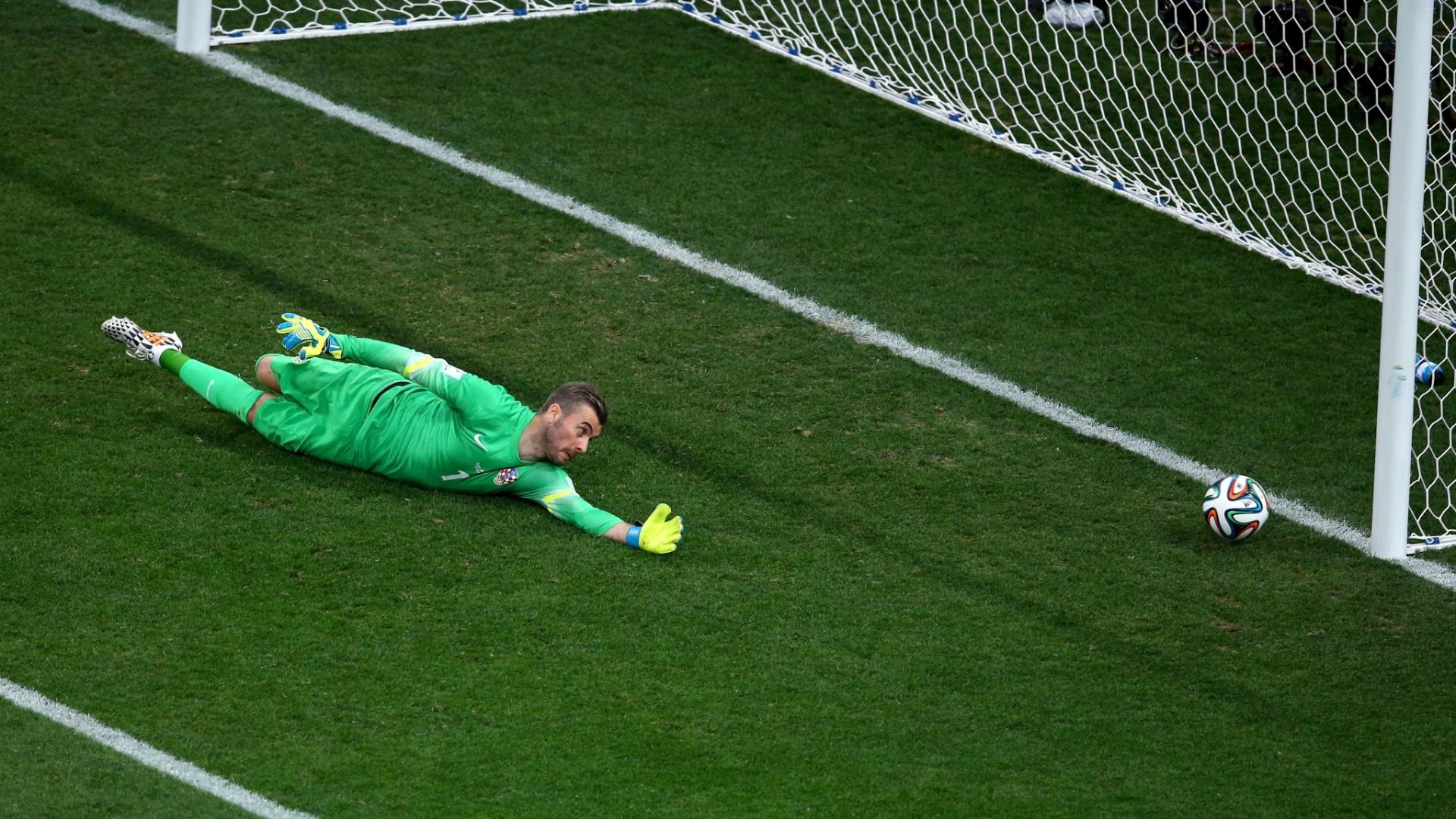 12.jun.2014 - Goleiro Pletikosa se estica, mas não impede o gol de empate do Brasil contra a Croácia, no Itaquerão