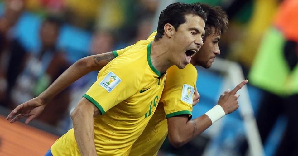 12.jun.2014 - Hernanes comemora com Neymar, que marcou de pênalti e virou o jogo para o Brasil contra a Croácia
