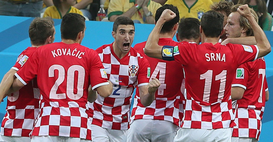 12.jun.2014 - Jogadores da Croácia comemoram após sair na frente do placar, com gol contra de Marcelo