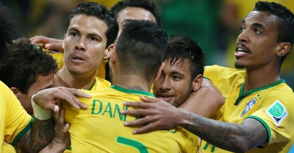 12.jun.2014 - Jogadores da seleção comemoram gol na vitória por 3 a 1 na estreia da Copa do Mundo, contra a Croácia