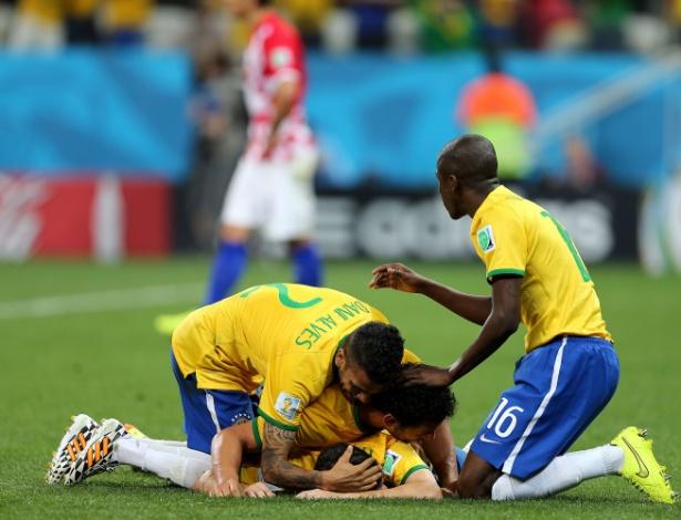 12.jun.2014 - Jogadores do Brasil comemoram após Oscar marcar o terceiro gol da seleção contra a Croácia