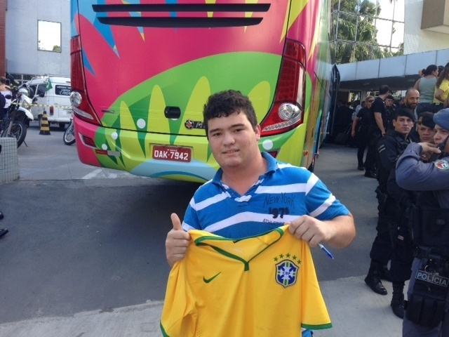 12.jun.2014 - John Juan Dimas Seixas causou confusão na chegada da Inglaterra a Manaus após invadir barreira para pegar autógrafo dos jogadores