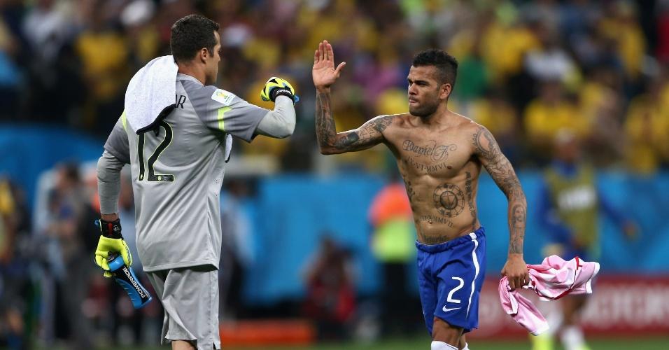 12.jun.2014 - Júlio César comemora com Daniel Alves a vitória brasileira sobre a Croácia por 3 a 1, na estreia da Copa
