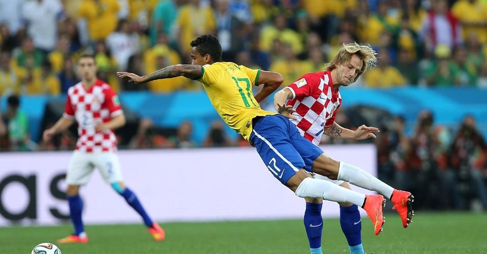 12.jun.2014 - Luiz Gustavo é derrubado no meio de campo na estreia do Brasil contra a Croácia, no Itaquerão