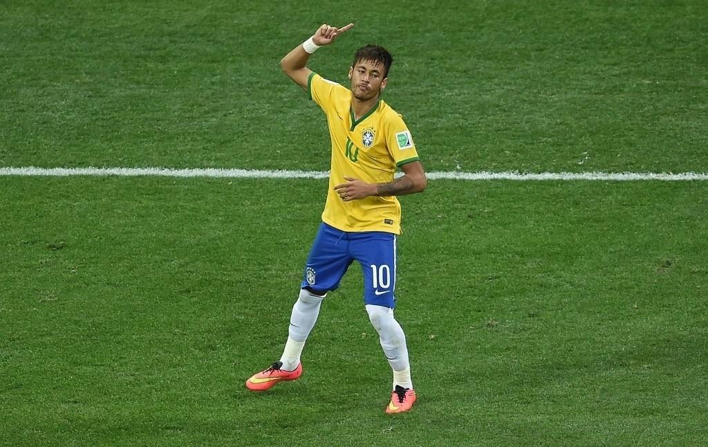 12.jun.2014 - Neymar marca duas vezes e comemora na vitória por 3 a 1 sobre a Croácia. O atacante levou um cartão amarelo e foi substituído no segundo tempo