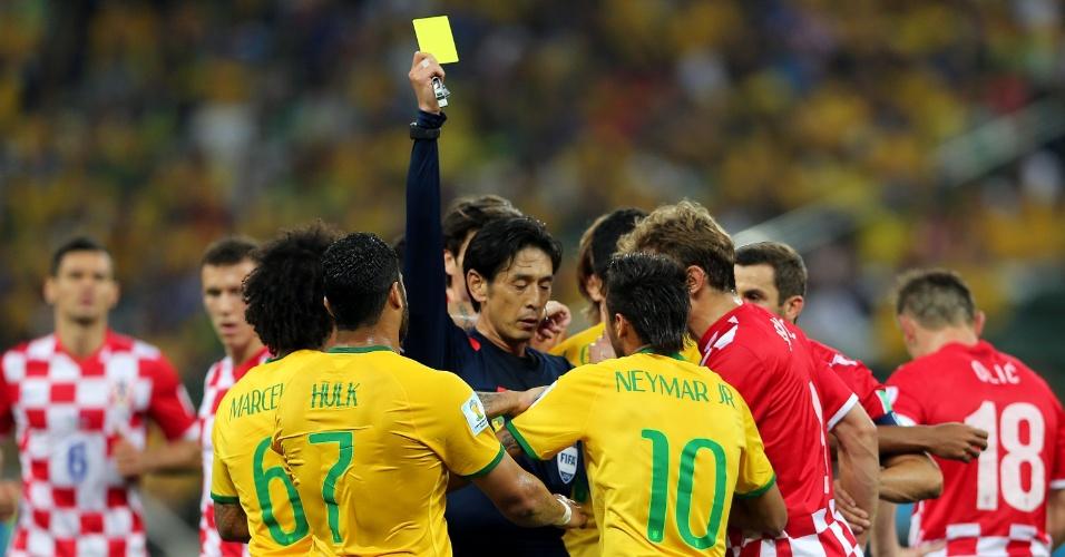 12.jun.2014 - Neymar recebe o cartão amarelo após fazer falta dura em Modric, da Croácia