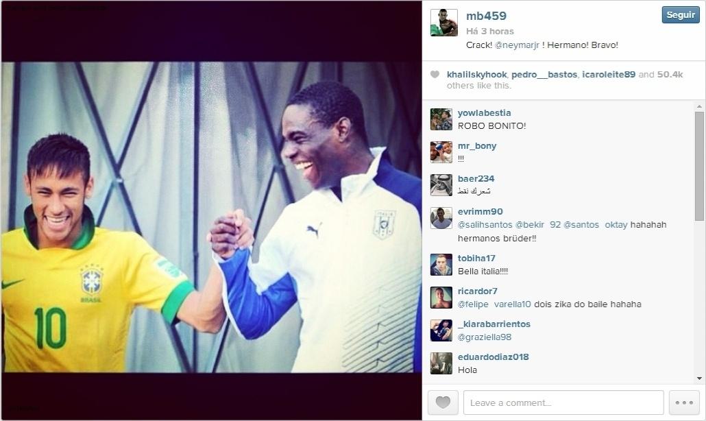 O atacante da Itália Mario Balotelli publicou nesta quinta-feira uma foto sua ao lado do brasileiro Neymar