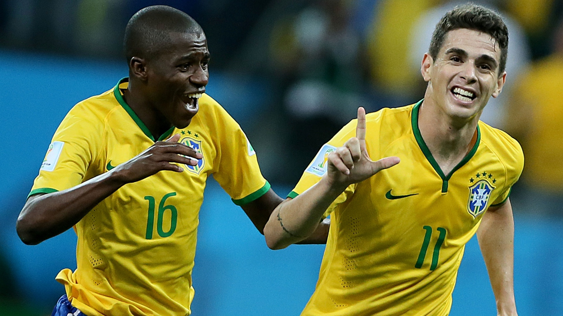 12.jun.2014 - Oscar comemora com Ramires após marcar o terceiro gol do Brasil contra a Croácia