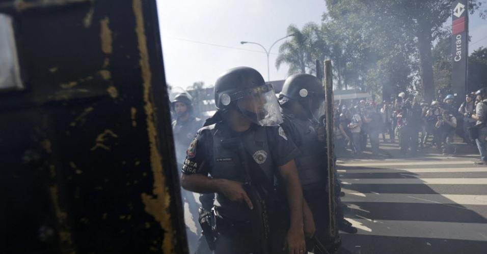 Polícia usa gás para conter manifestantes em São Paulo