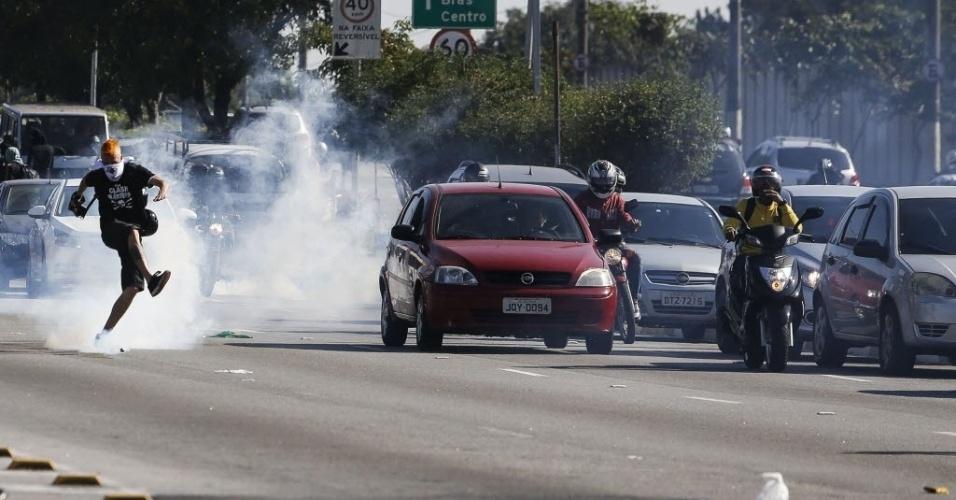 Protesto contra a Copa do Mundo em São Paulo tem confronto entre manifestantes e policiais
