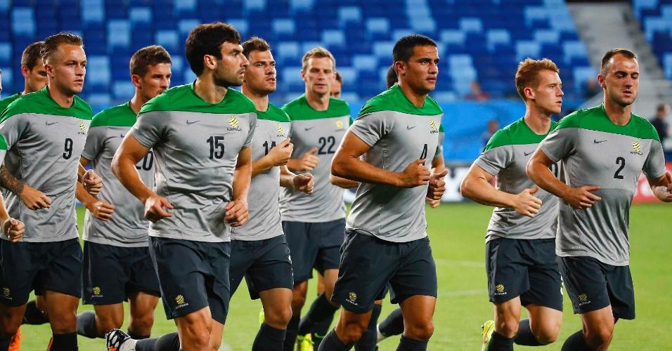 Seleção australiana faz reconhecimento do gramado da Arena Pantanal, na véspera de sua estreia na Copa, contra o Chile