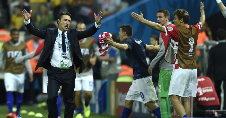 12.jun.2014 - Técnico croata Niko Kovac reclama na beira do gramado após o árbitro marcar pênalti que originou a virada brasileira no Itaquerão12.jun.2014 -