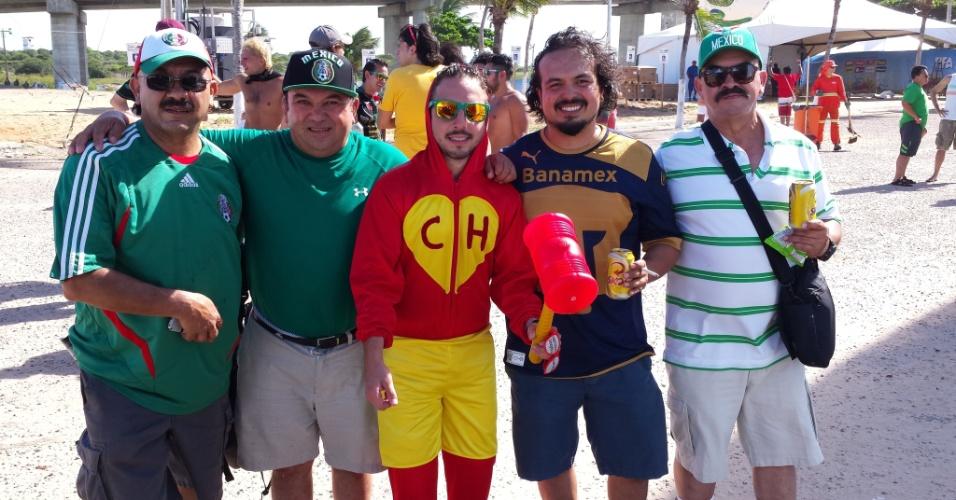 12.jun.2014 - Torcedor fantasiado de Chapolin vai à Fan Fest em Natal, que ocorre na Praia do Forte