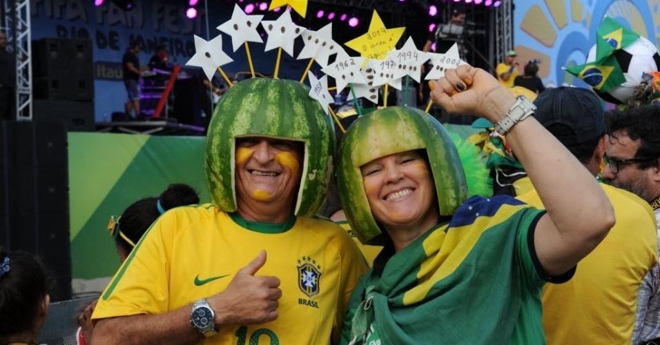 12.jun.2014 - Torcedores com melancia na cabeça comparecem à Fan Fest no Rio de Janeiro