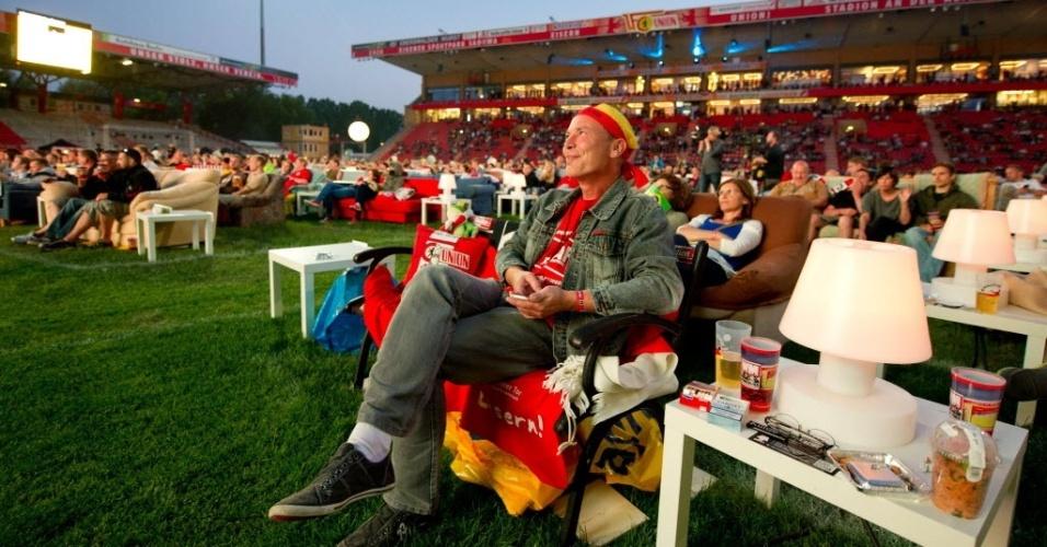 Torcedores do Union Berlin, clube alemão, acompanharam Brasil x Croácia em sofás no estádio do clube