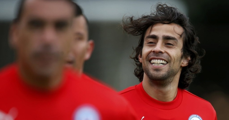 Valdivia, meia do Palmeiras, sorri durante treinamento da seleção chilena em Belo Horizonte