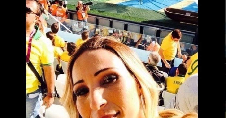 Valesca Popuzuda tira selfie na cadeiras próximas ao campo no Itaquerão
