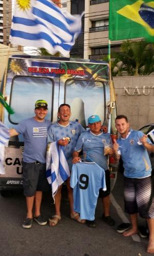 Van personalizada de torcedores uruguaios chama atenção em Fortaleza
