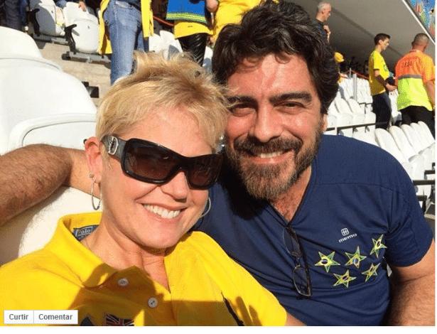 Xuxa e o namorado posam para foto no Itaquerão