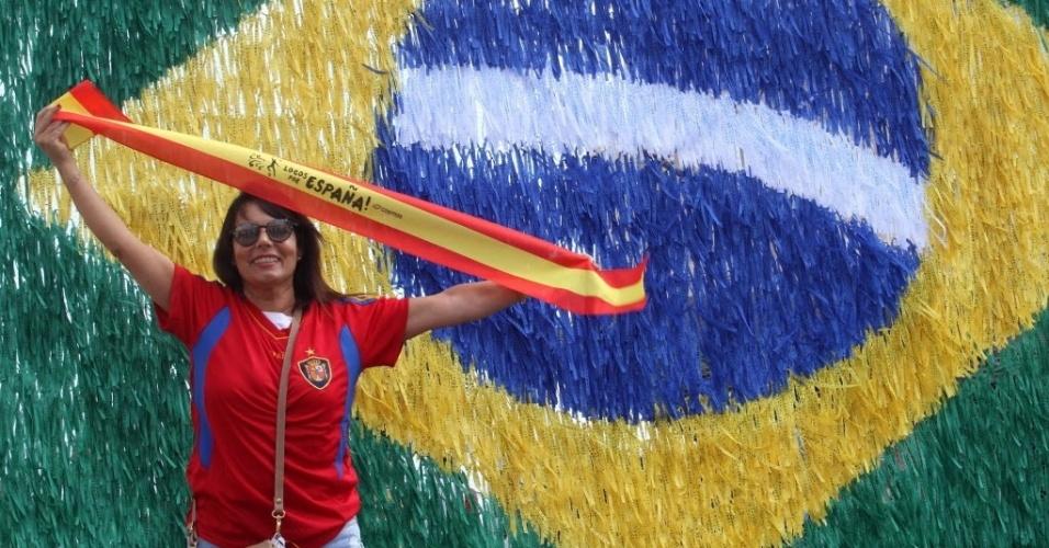 13.jun.2014 - Torcedora da Espanha posa em frente à bandeira brasileira, em Salvador