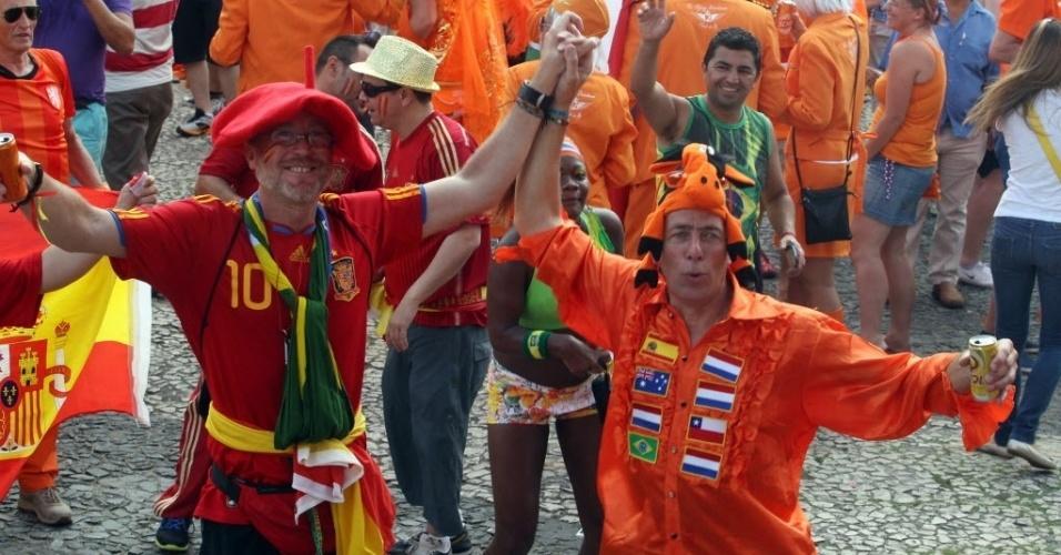13.jun.2014 - Torcedores espanhois e holandeses se juntam em festa nas ruas de Salvador antes de Espanha x Holanda