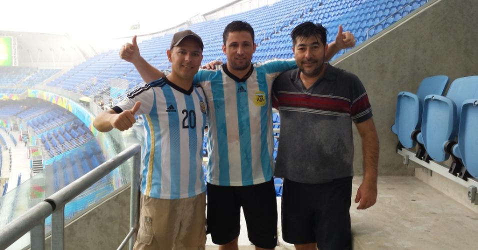 13.jun.2014 - Argentinos compram ingressos e descobrem que ficarão na chuva na Arena das Dunas, em Natal, durante partida entre México e Camarões