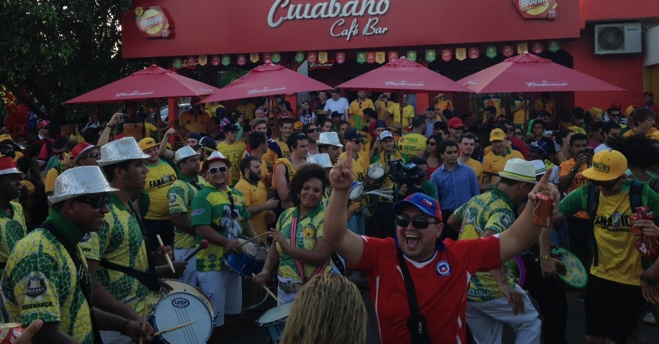 13.jun.2014 - Australianos confraternizam com um chileno em Cuiabá