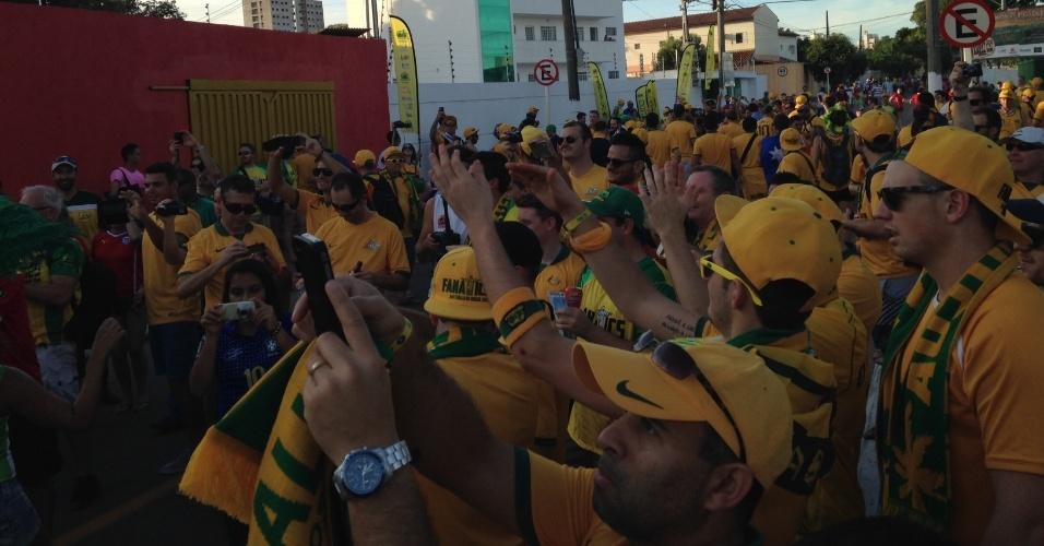 13.jun.2014 - Australianos estão em clima de carnaval em Cuiabá