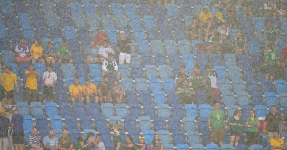 13.jun.2014 - Chuva forte na Arena das Dunas momentos antes do início do jogo entre México e Camarões