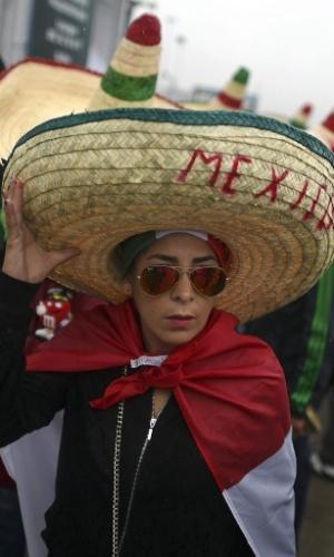 13.jun.2014 - Com o tradicional 'sombrero', mexicana se diverte em Natal momentos antes do início do jogo contra Camarões