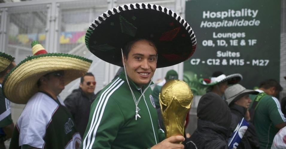 13.jun.2014 - Com o tradicional 'sombrero', mexicano carrega réplica da taça de campeão da Copa do Mundo