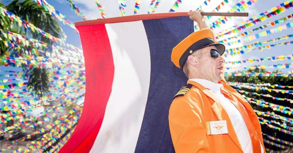 13.jun.2014 - Fantasiado, torcedor da Holanda carrega a bandeira do país