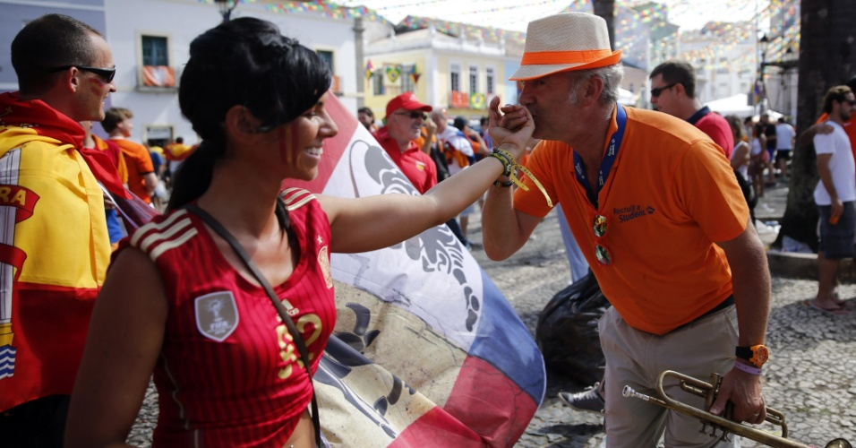 13.jun.2014 - Galanteador, torcedor holandês deixa rivalidade de lado e beija a mão de torcedora da Espanha em Salvador