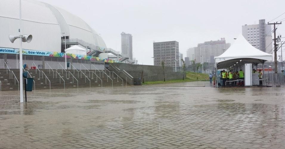13.jun.2014 - Natal amanheceu com chuva intensa e céu escuro; Arena das Dunas será palco do jogo entre México e Camarões