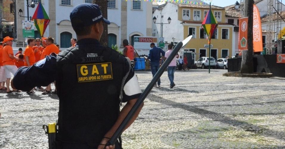 13.jun.2014 - Policial do GAT (Grupo de Apoio ao Turista) observa movimentação de praça em Salvador antes do duelo da Copa entre Espanha e Holanda