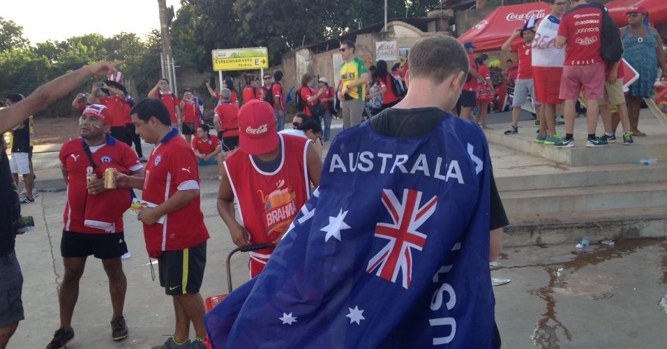 13.jun.2014 - Torcedor da Austrália chega na Arena Pantanal enrolado na bandeira