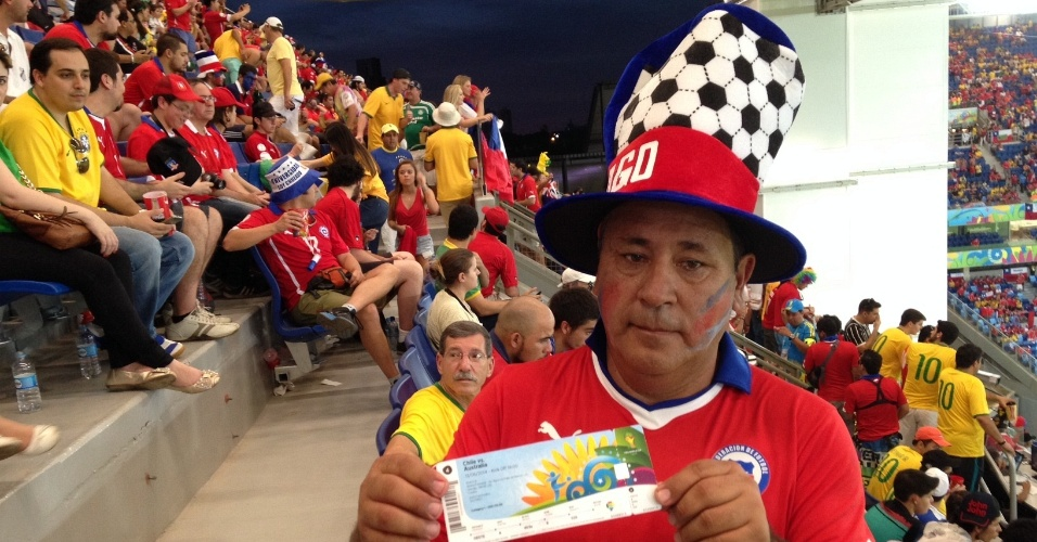 13.jun.2014 - Torcedor exibe ingresso de lugar que não existe na Arena Pantanal