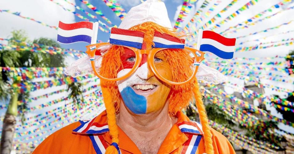 13.jun.2014 - Torcedor holandês usa óculos extravagante antes do jogo contra a Espanha, em Salvador
