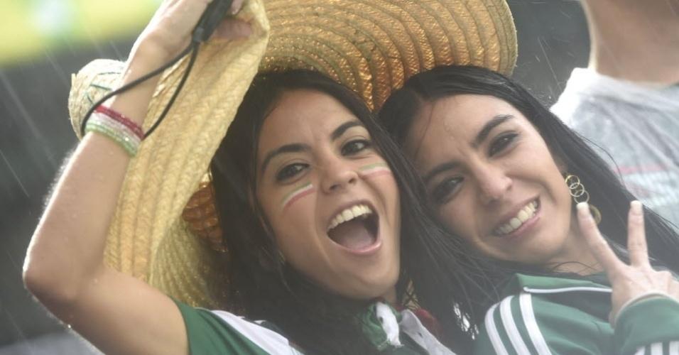 13.jun.2014 - Torcedoras do México fazem a festa antes da partida contra Camarões na Arena das Dunas