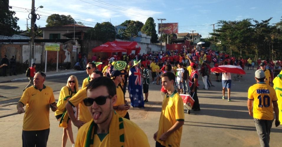 13.jun.2014 - Torcedores da Austrália se concentram perto da Arena Pantanal, em Cuiabá